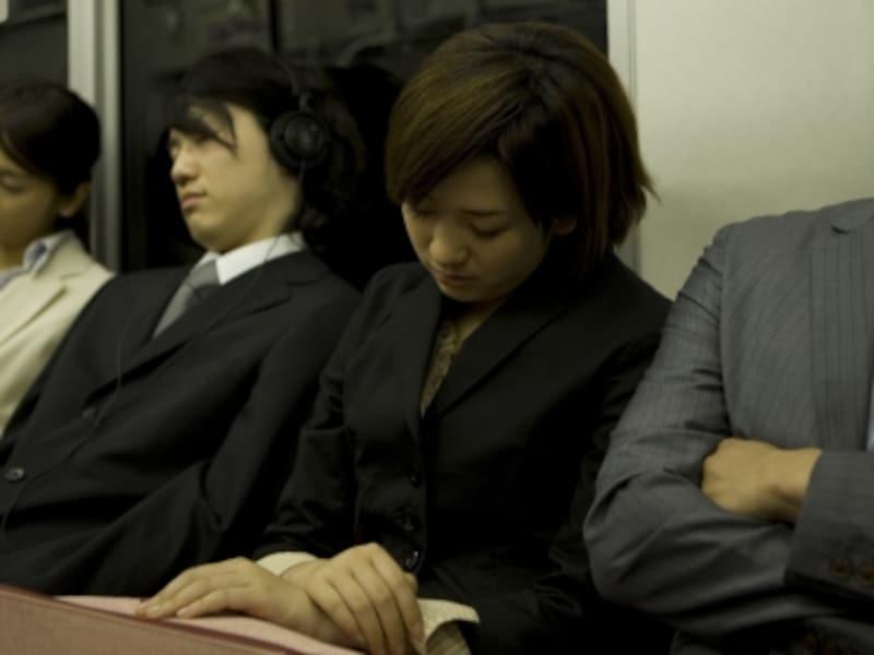 電車で寝ている女性