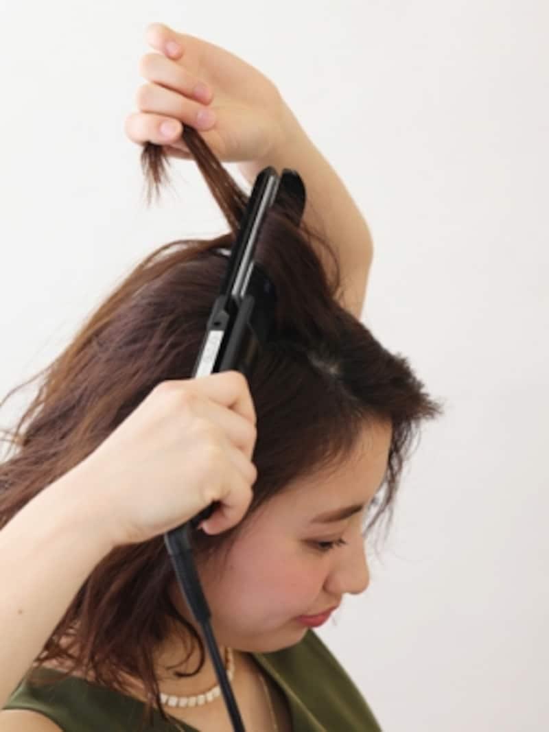 ストレート用のヘアアイロンを使ってカクっとクセづけ