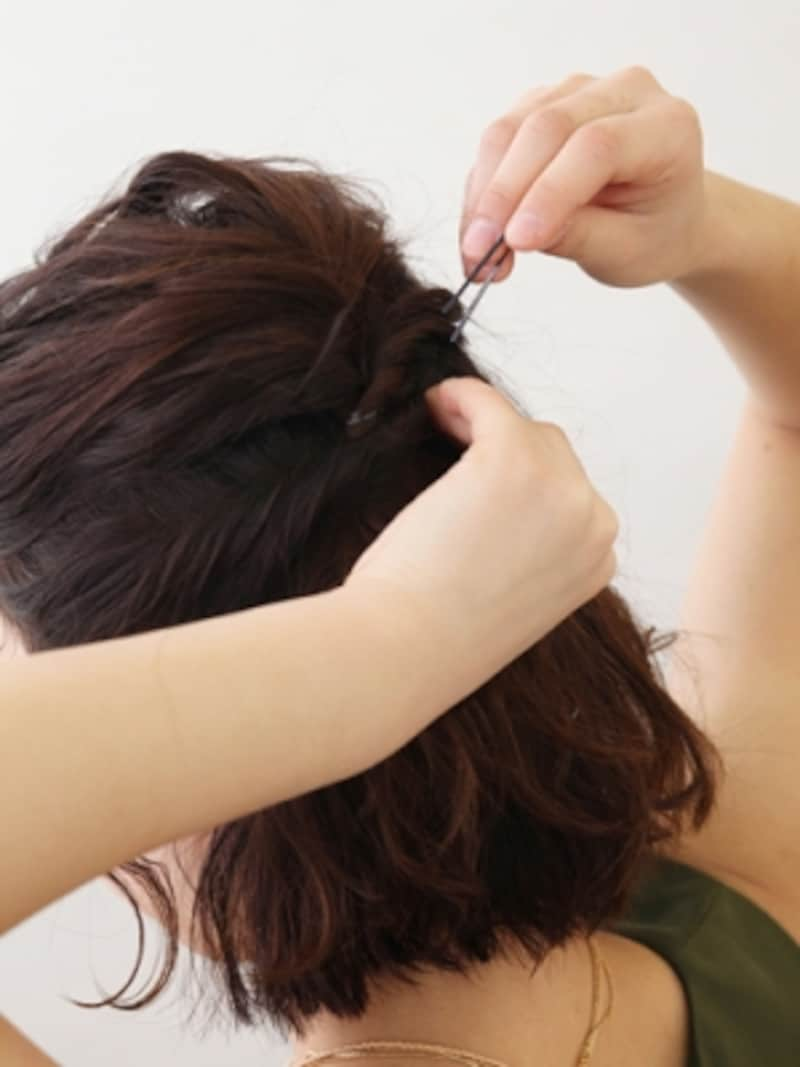 耳上の髪をねじりながら後頭部へ