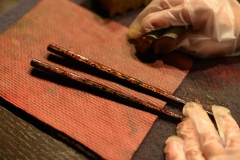 津軽塗の箸を研ぎ出して作ります。