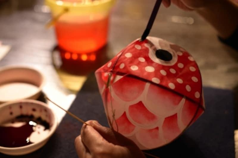 金魚ねぶた作り。色を塗る作業。
