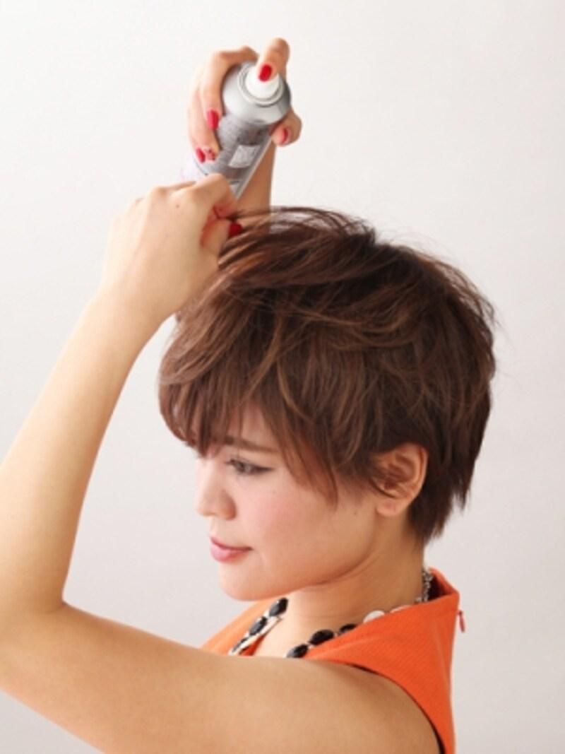 トップの髪も、前髪からツムジまで全て前方向につまむ