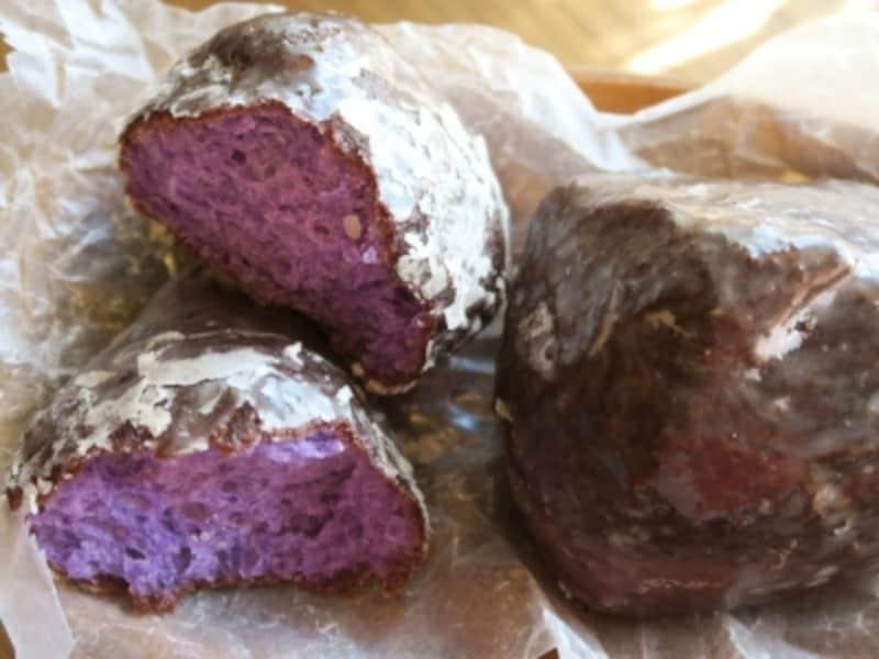「KAKA'AKODINING&CAFE」のインショップ「カメハメハベーカリー」では、紫色のマラサダ「ポイ・グレーズド(250円税別)」などのパンを販売。もっちり、ふわふわ!(2016年3月2日撮影)