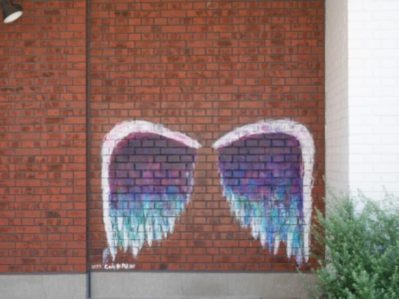 COMMUNITYMILL(コミュニティミル、D棟1階)横にも小さめサイズの《天使の羽(エンジェルウィングス)》があります(2018年6月25日撮影)