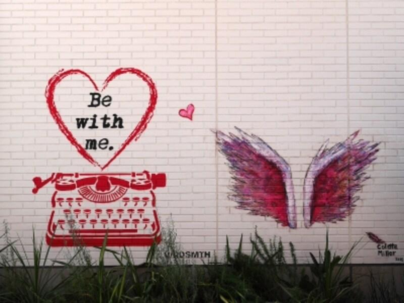 2018年春には、コレット・ミラーさんが描いた《天使の羽》の横にアーティストのワード・スミスさんがアンティークのタイプライターを描いた《&Lovewings》も誕生(2018年6月25日撮影)