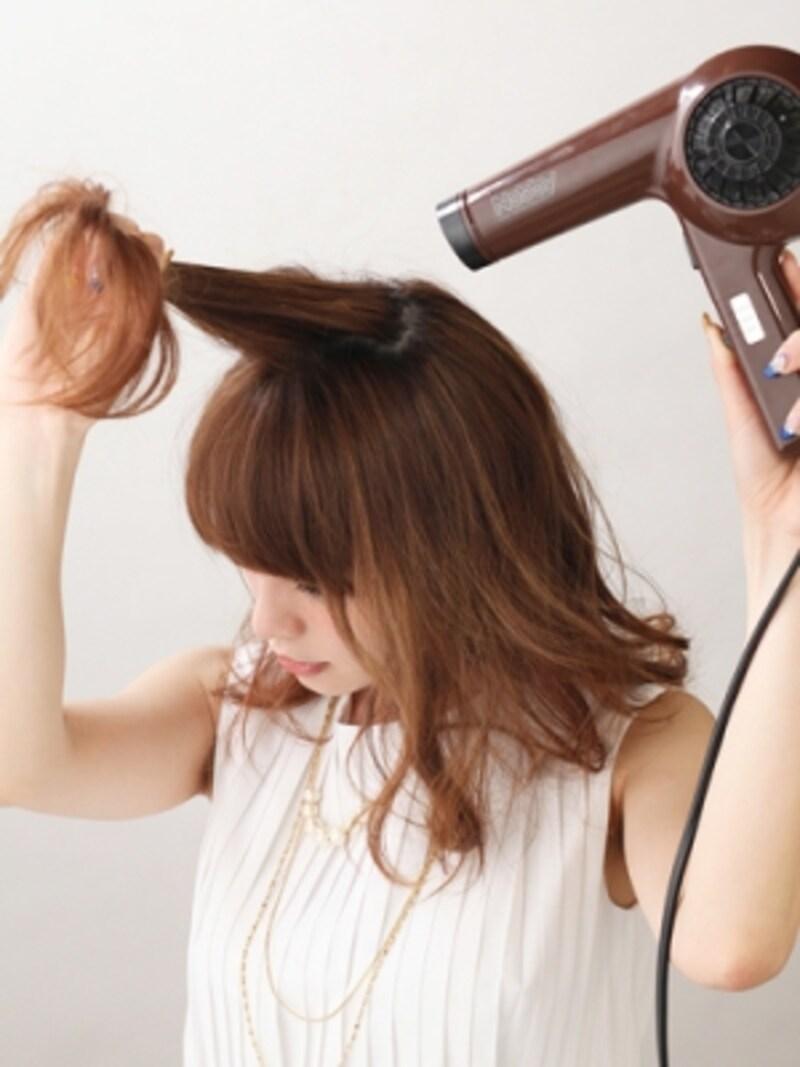 髪にボリュームを出しながら乾かす