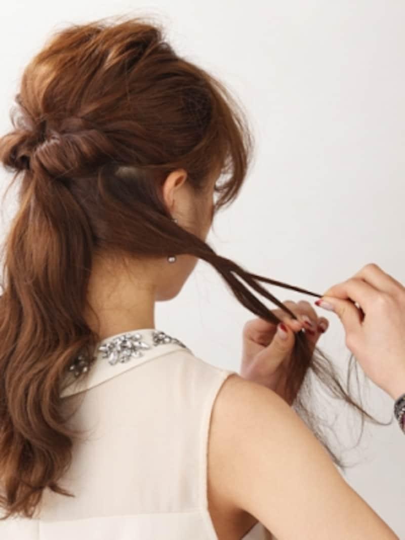 左右の髪をきつめに編んでからほぐしておく