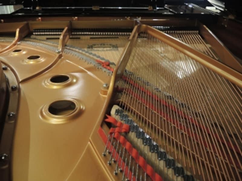 こちらは1000万円クラスのピアノ内部。パッと見ではわからないかもしれませんが、ひとつひとつの部品が最高級品です。