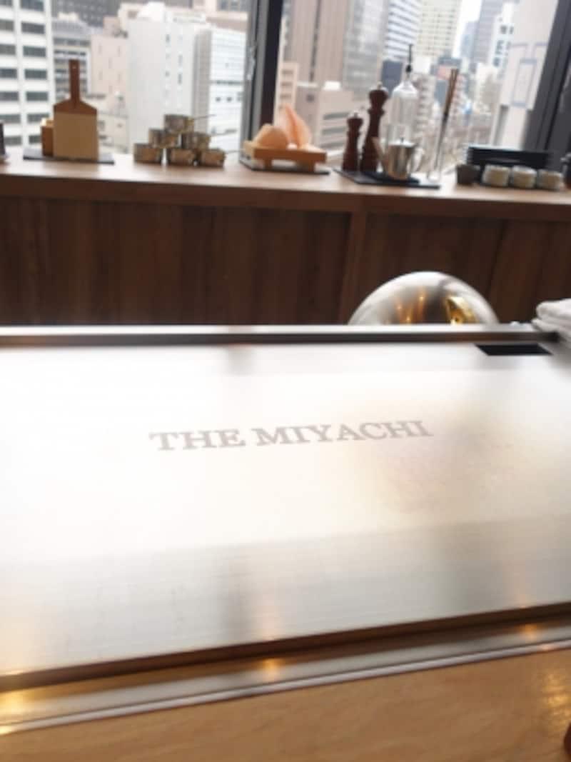 調理前のカウンターには塩でロゴが