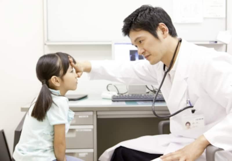 子供を診察する医師