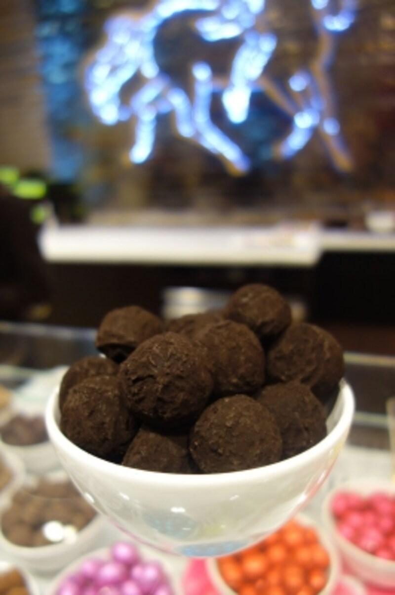 サブロン広場にあるゴディバのブティックでは「トリュフペルレノア」を1粒から購入できる