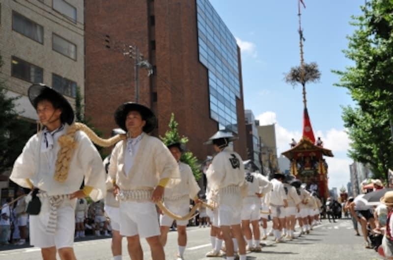 巨大な鉾が街中を巡行する姿は迫力がある。写真の「函谷鉾」は重量11.39トン。最大の「月鉾」(11.88トン)に次ぐ最大級の鉾