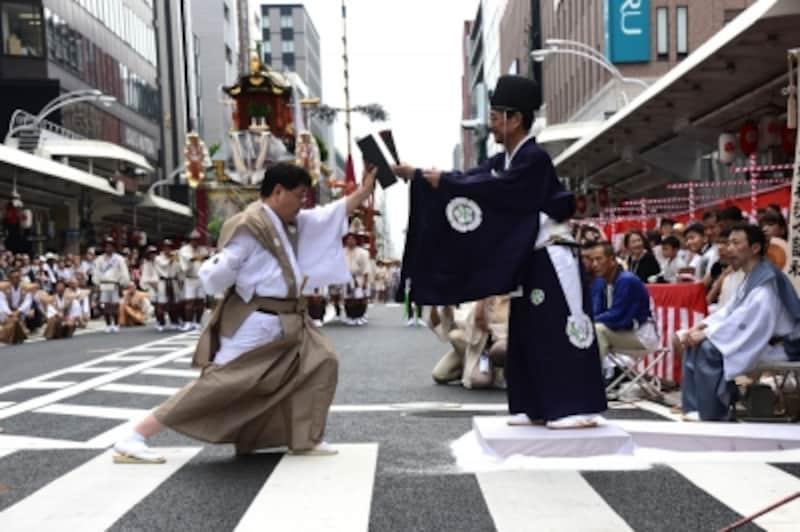 山鉾巡行の重要な儀式である「くじ改め」。巡行の順番が、くじ取り式で決まった順番か奉行(京都市長)により確認される