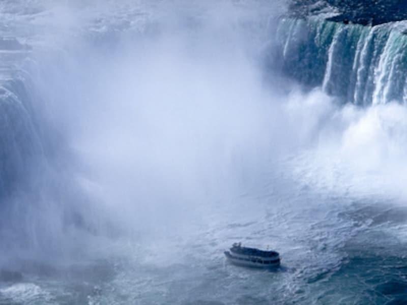 滝の寸前まで近づく観光船、「霧の乙女号」undefined写真提供:オンタリオ州観光局
