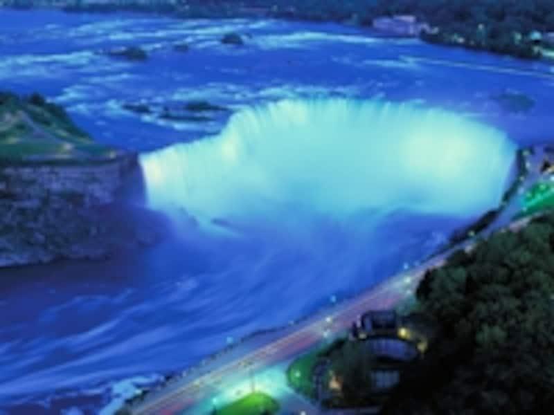 滝のイルミネーションundefined写真提供:オンタリオ州観光局