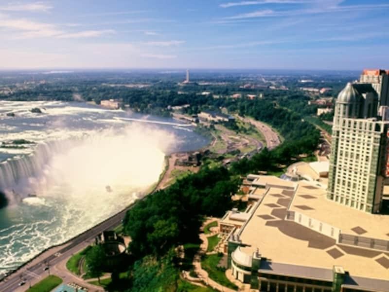 カナダ滝とフォールズビューカジノホテルundefined写真提供:オンタリオ州観光局
