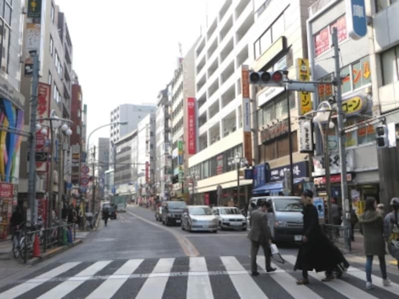 早稲田通りの山手線外側へ向かう側