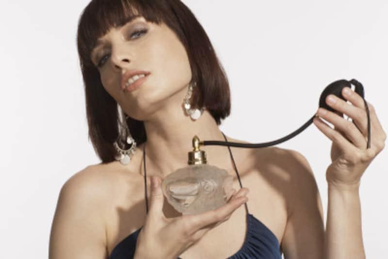 香水は体から20cmほど話してプッシュします