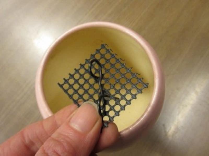 鉢底網を針金で固定