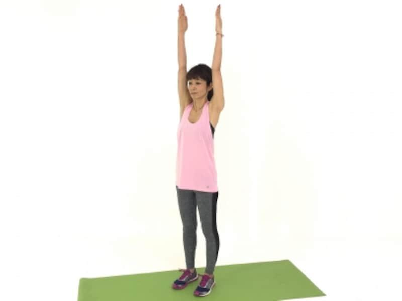 両手は耳の横から体側を伸ばし、背中も気持ちよく伸ばして!