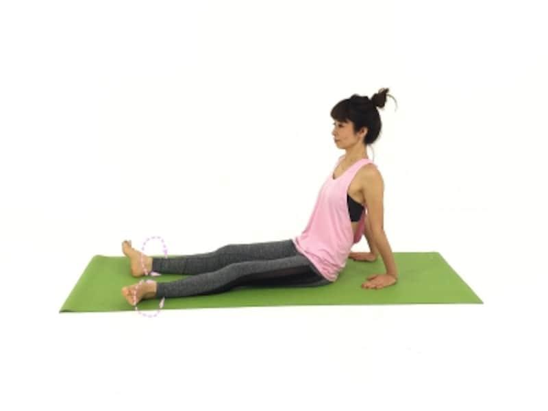 ゆっくりとつま先を回しながら、足首の状態を観察しましょう!足首が硬いと膝や股関節も動きが悪くなりやすいので、じっくり実践してみて!