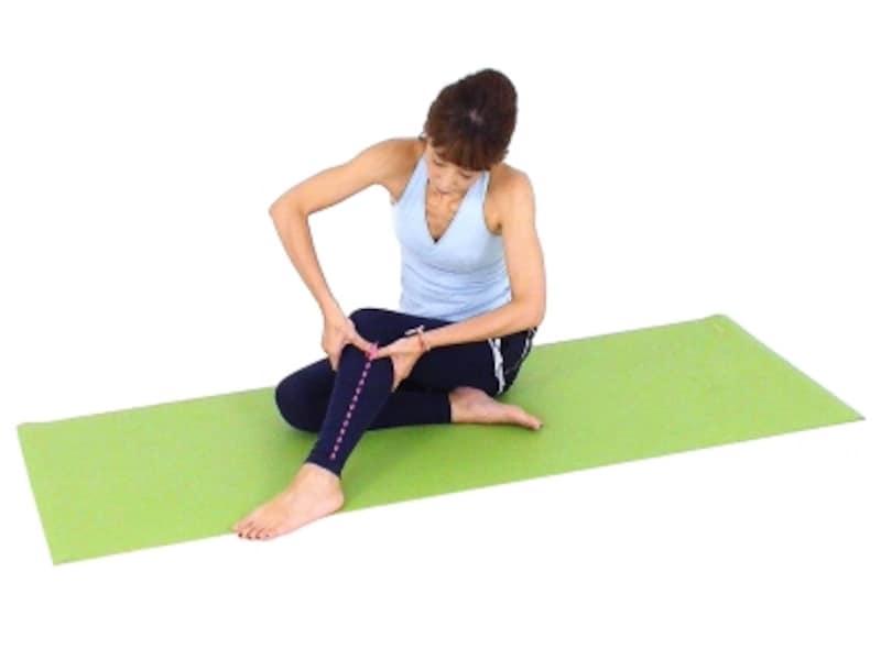 ふくらぎは意外と疲れが溜まり硬い部位。最初は痛みを感じる人もいるかもしれませんが、筋肉をゆっくりほぐして心もトロトロにしましょう。