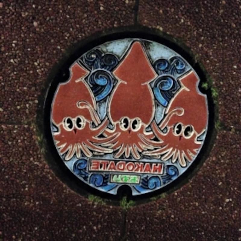 イカが描かれた楽しげなマンホール。
