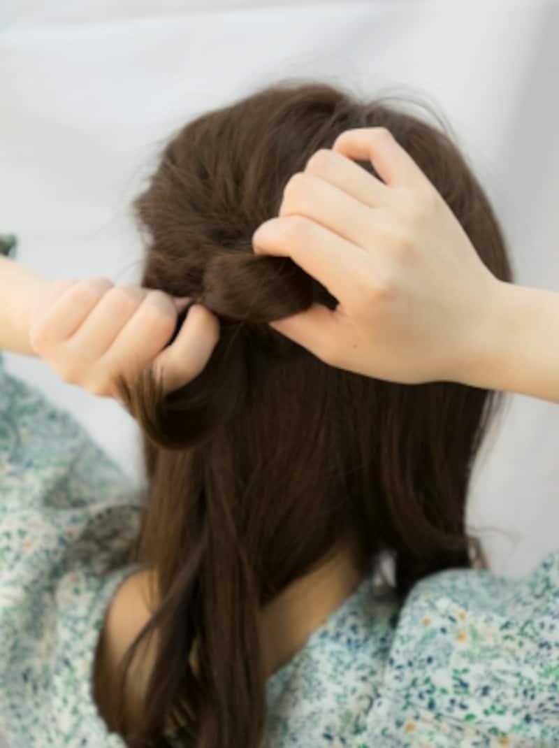 くるりんぱした毛束で輪っかをつくる