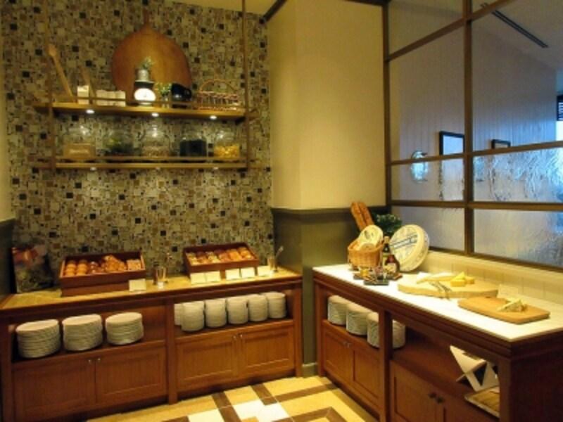 パンとチーズのブッフェ台