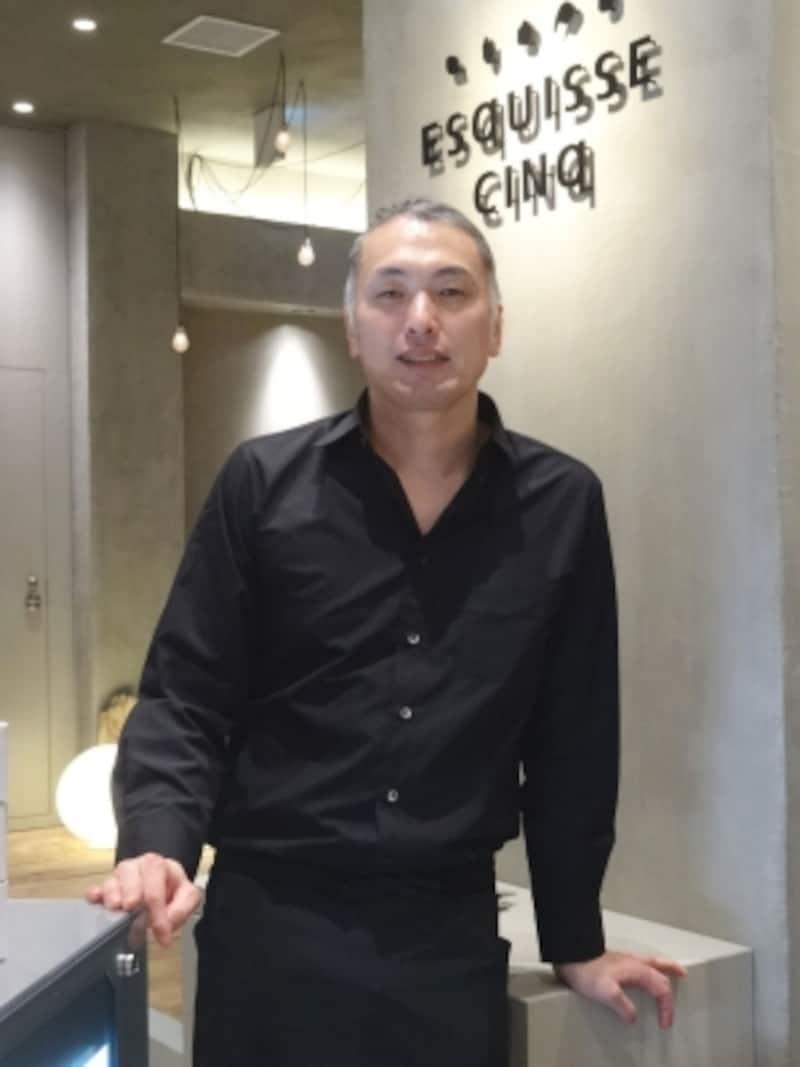「ESqUISSECINq(エスキスサンク)」の店名ロゴと成田一世シェフ