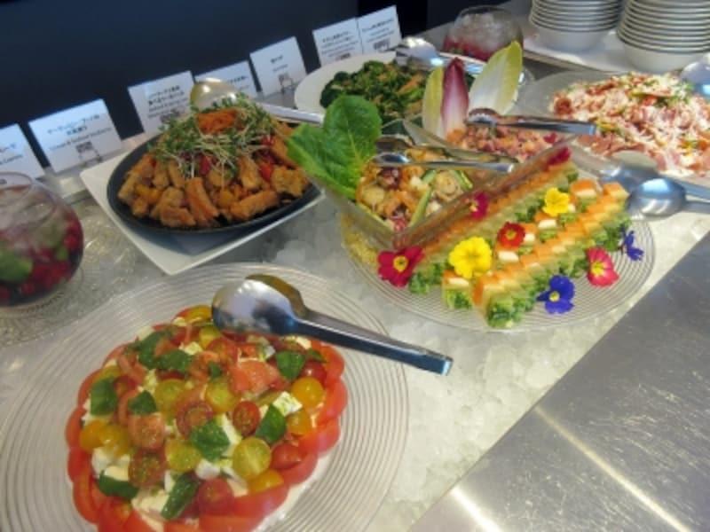 サラダと冷菜のブッフェ台