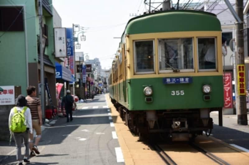 腰越駅から江ノ島駅までの間は江ノ電は路面電車になる。『波平』はこの通りにある