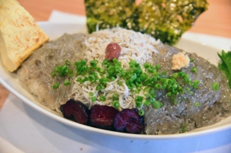 生、釜揚げ、沖漬けの三色のしらすをふんだんに盛りつけた「しらす三色丼」。1500円