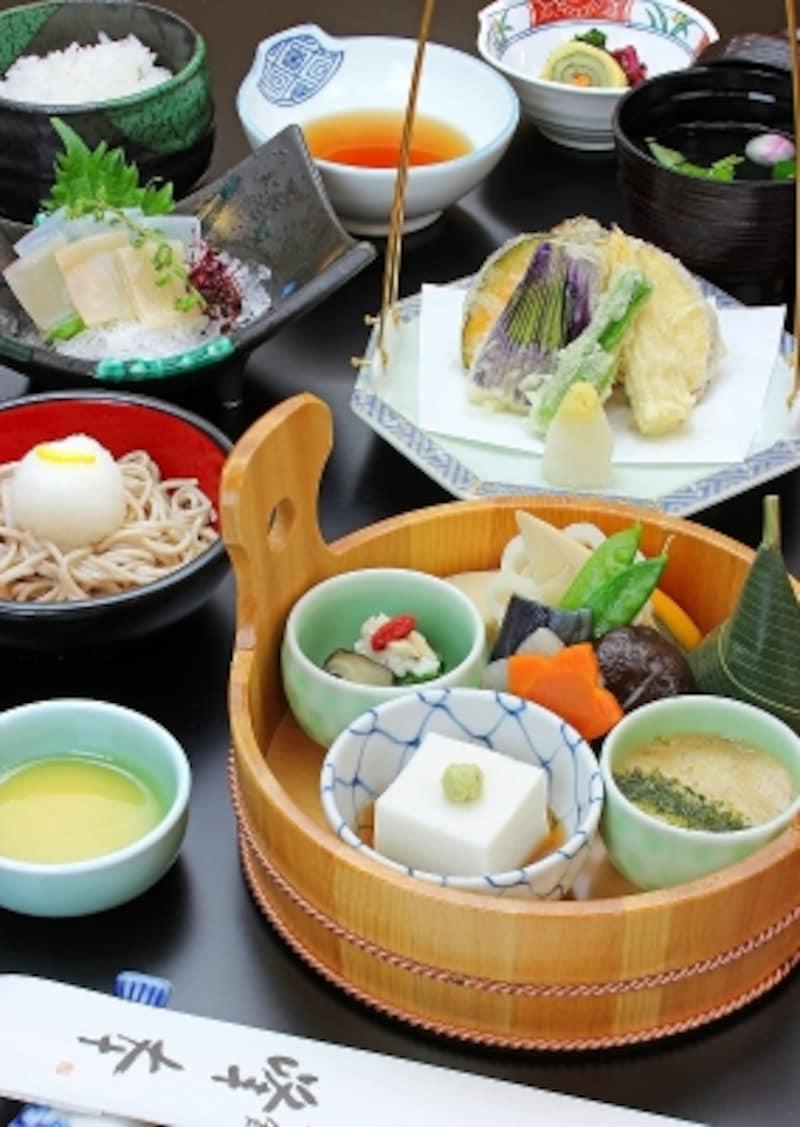 鎌倉らしい精進料理のセット「手桶undefined禅」(写真)なども人気のメニューだ。また、お得なランチメニューもある