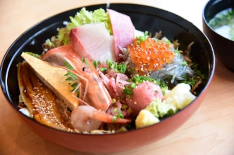 味はもちろん、ボリュームも大満足の「とびっちょ丼」(1750円)