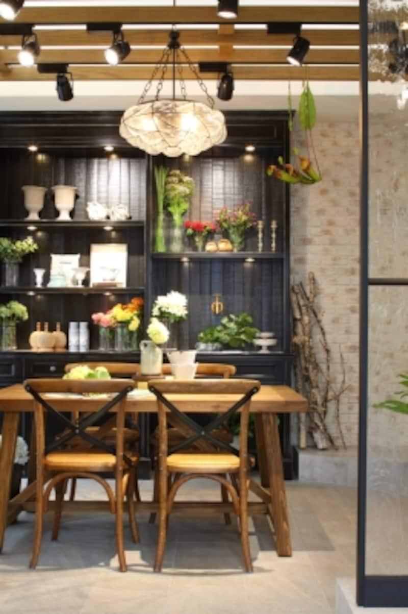 エントランスとスタジオ。装飾ガラス&アイアンの間仕切りや、焼きムラのあるタイルの壁が、アンティークの家具によく似合います