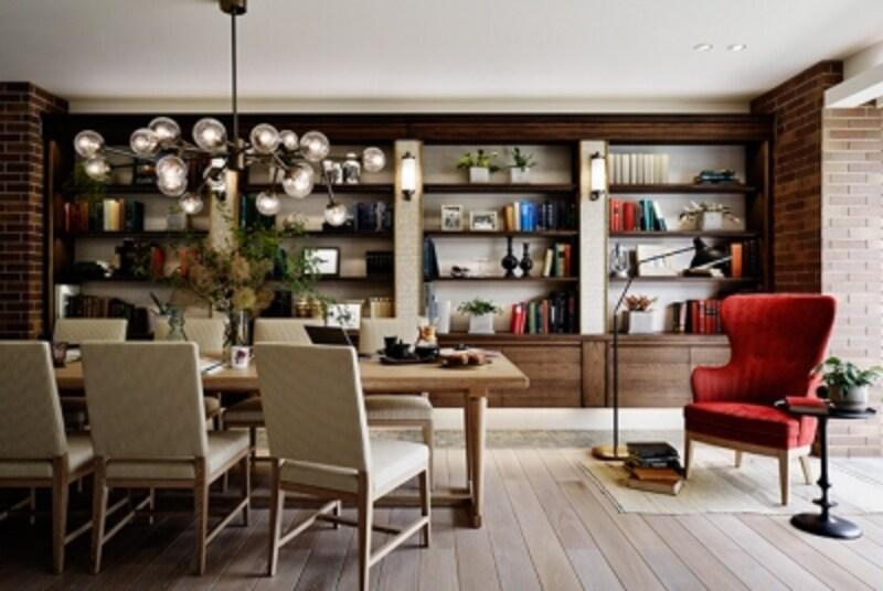 カフェのような大テーブルのあるダイニングテーブル。タイルや石を使用した内装と、アンティーク調の造作書棚が、ノスタルジックな雰囲気を醸し出しています