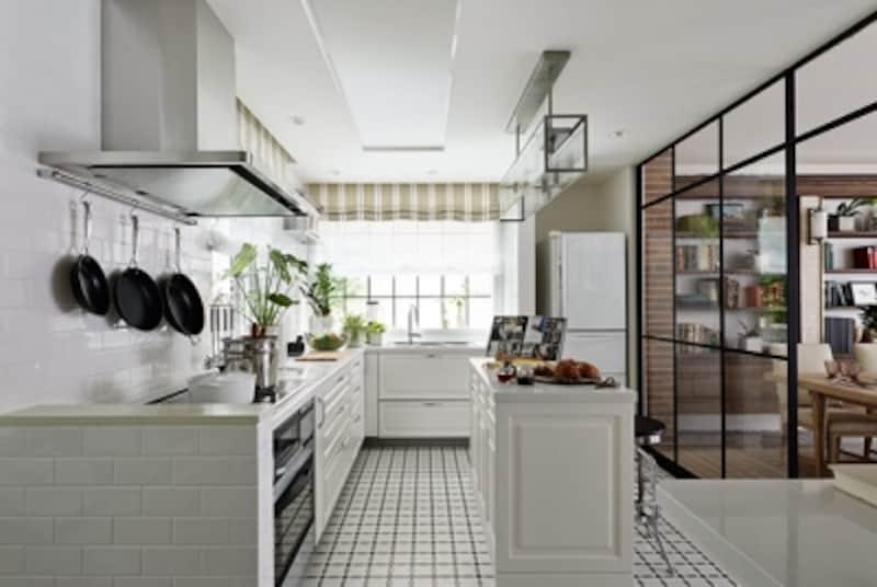 キッチン扉、ワークトップ、壁タイルを白で統一したキッチン。レトロなデザインの床タイルが空間のアクセントに