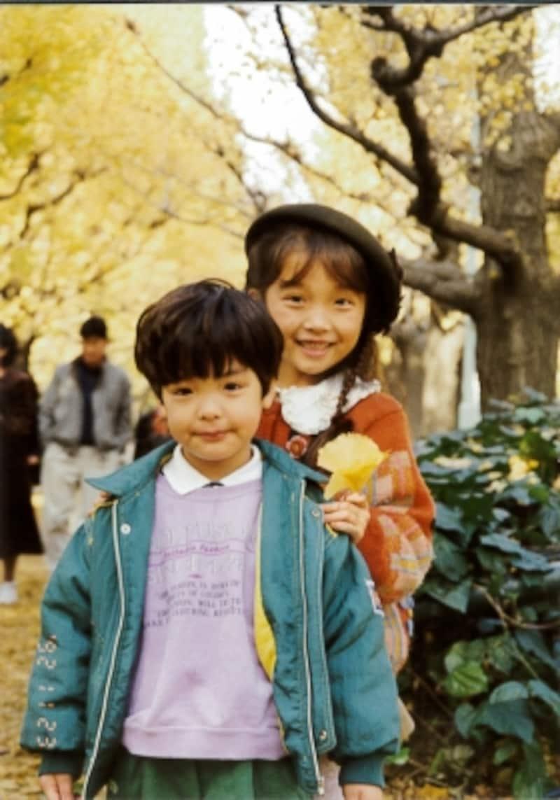 3歳の海宝直人さん、姉のあかねさんと。初めて観た『アニー』をきっかけに、歌やごっこ遊びに夢中になっていた頃(?)写真提供:海宝直人
