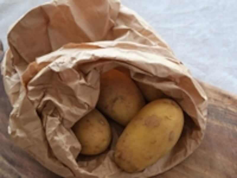 新じゃがをを紙袋にいれて野菜室で保存します
