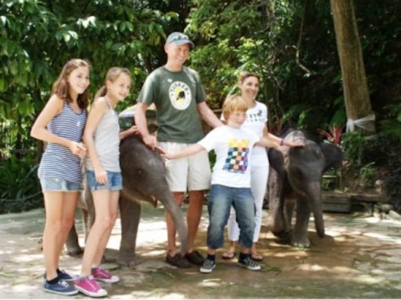 象と一緒に記念撮影