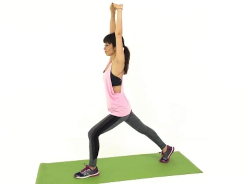 背骨を伸ばして、姿勢を整えます。この時、お腹と腰の筋肉を引き寄せながら、骨盤を安定させてください。