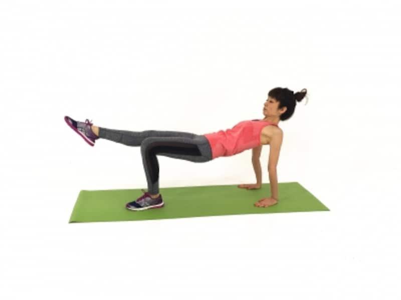 脚はみぞおち(お臍)から伸ばすイメージで、体幹を使うように意識しましょう。