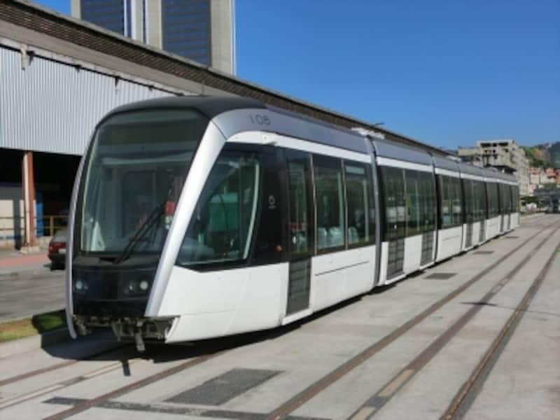 車両の上に架線がなく、線路中央から集電するタイプの新型・路面電車(VLT)