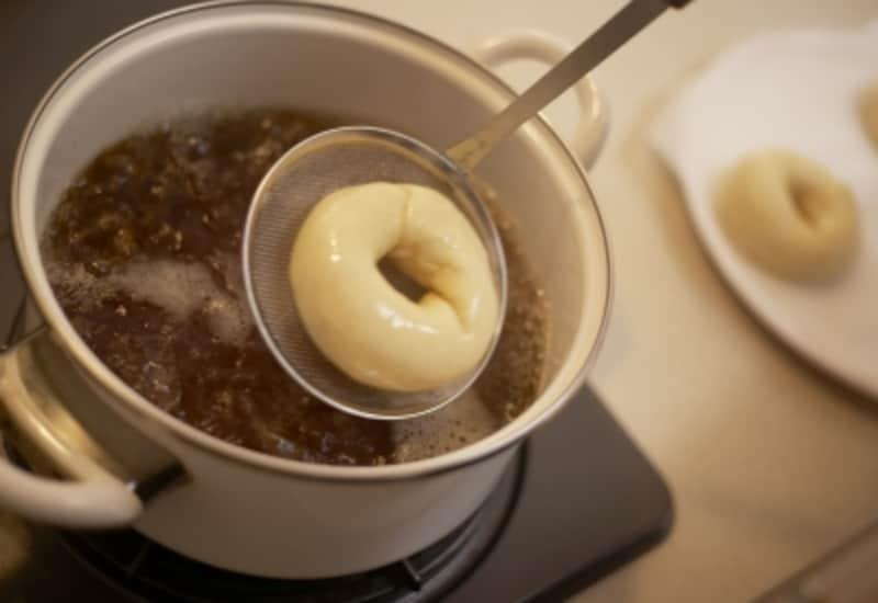 生地をゆでてから焼くベーグルパンの独特な製法。