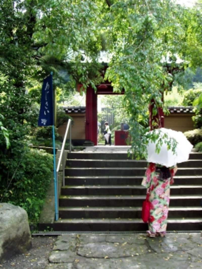 光則寺の朱塗りの山門
