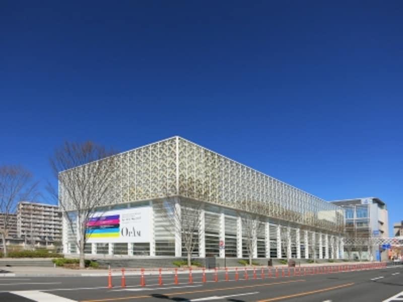 青空に映えると白くマットな大分県立美術館の画像