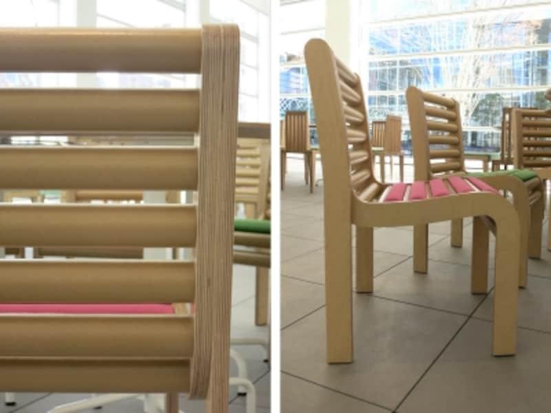 1階アトリウムの椅子のある風景の画像
