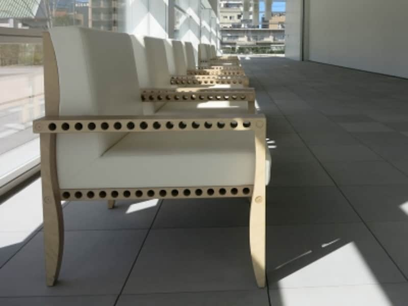 1階アトリウムの椅子のある風景2の画像