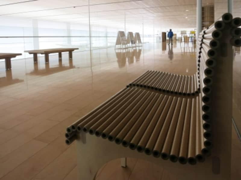 紙管の曲面が美しい椅子の画像